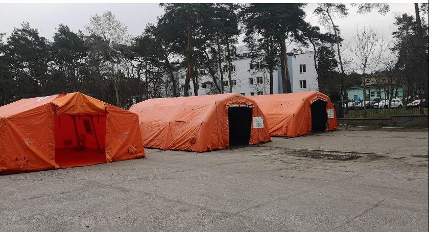 Przed szpitalem we Włocławku stanęły namioty dla chorych z